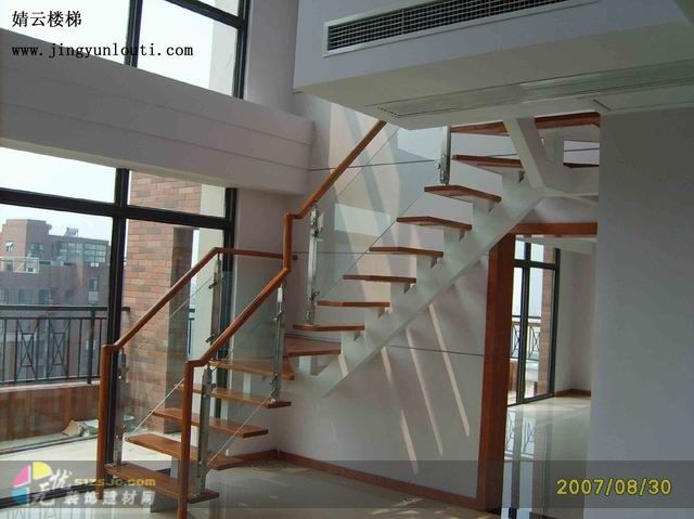 玻璃木扶手楼梯