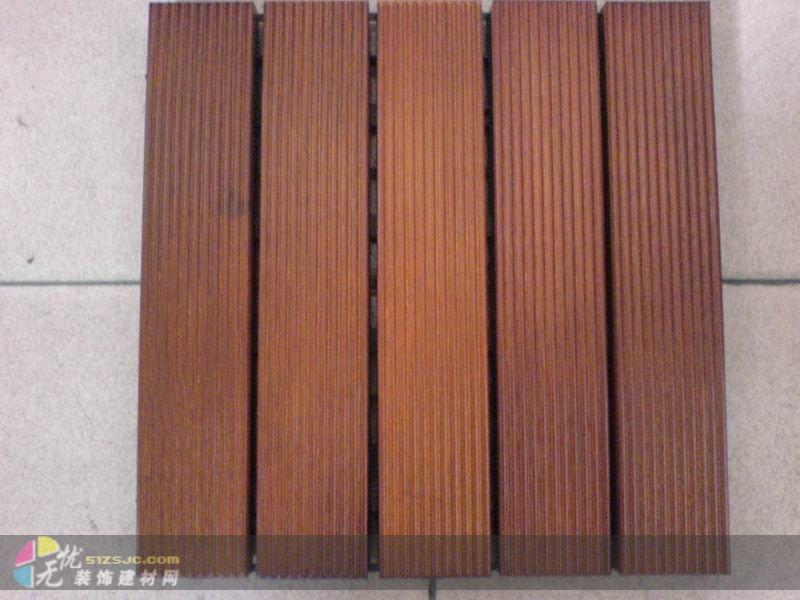 马拉柚木、户外地板、菠萝格色、柚木色 315*315 (MM) 特点:纹理直观、木质结构均匀、细腻,木材有光泽、材质坚韧、稳定、硬度高,密度0.68-0.73g/cm3。 长度31.5分,宽度31.5分,厚度2分(胶底托),更精致、更小巧的尺寸适合应用于各种不同的户外(公共)场所、河边小道、九曲桥、凉亭、游泳池、桑拿房及家居浴室、厨房、阳台等铺垫之用!任它风吹雨打、水洒日晒也不会变型腐烂!并可根据您的实际需求定做其他规格!希望能满足您不同的需要! 有意思者请联系赵先生洽谈! 《赵生 13719193499