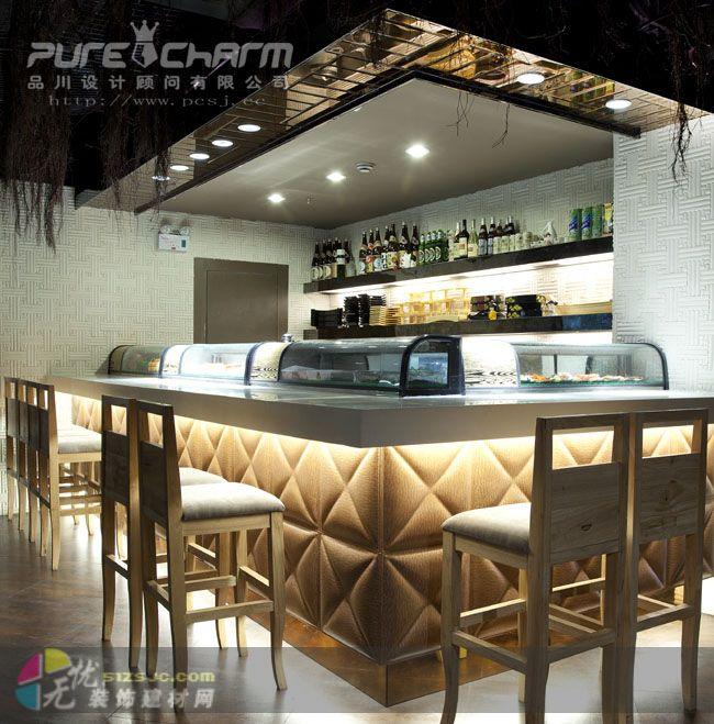 在日式风格的设计理念中,设计师一般比较注重体现浓郁的日本民族特色,在选料上注重质感的自然与舒适,常选择木格拉门、地台等元素来表现其风格的特征。在本案设计中,设计师除了保持日式餐厅的传统风格外,更增添了一些现代时尚的符号。餐厅内部环境雅致且轻松简约,布局独具匠心,散发着东方古朴的异域风情。主要材料为日式中常见的木质材料,将不同颜色质感的木制相融合,配合砂岩、金刚板、青石等比较刚毅的元素,其刚柔并济的视觉效果为我们带来幽雅舒适的就餐环境。在布局上,设计师运用完美的衔接与技巧,使得每个区域都功能明确,却没有硬性