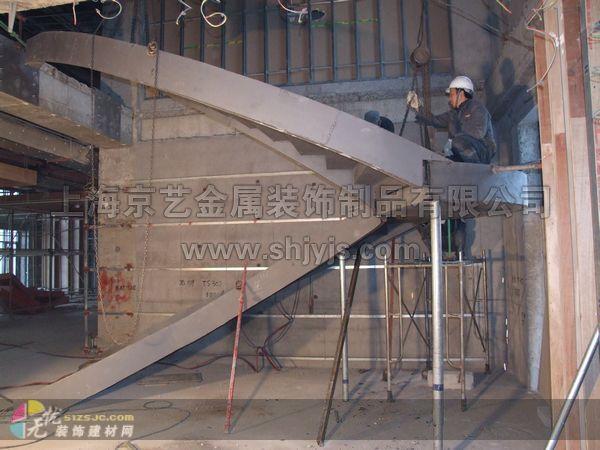 这款楼梯是我公司新近为常州马哥孛罗酒店精心定制,框架材料采用q235国标型材精心制作,实木踏板装饰饰面,玻璃护栏,表面处理为氟碳油漆 本公司始创于1998,专注于工程楼梯、铁艺大门、铁艺围栏、铁艺扶手等。工程案例众多,可根据客户要求来样来图定制,或根据使用功能及使用年限专门设计。 同等质量比价格,同等价格比质量;存活时间长的工厂售后服务有保障