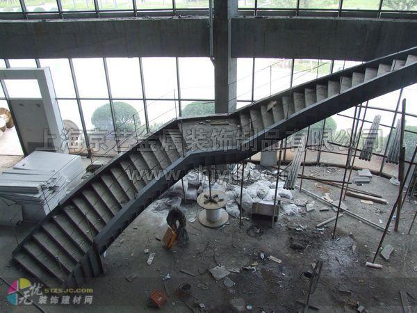 创新园制作的八部钢结构楼梯之一