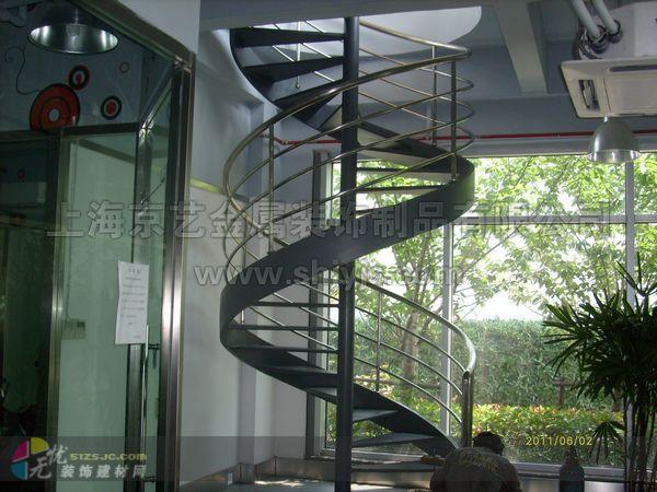 这款楼梯是我公司2011为上海江浦路以客户定制,材料采用q235钢材做矩形箱梁,花纹板踏板。栏杆可另行搭配。(弧形、直围栏杆都可)简约现代的定位,简单开阔的思维方式,在组合中寻求千变万化的风格。此款楼梯适用于商场及娱乐场所。 本公司始创于1998,专注于工程楼梯、铁艺大门、铁艺围栏、铁艺扶手等。工程案例众多,可根据客户要求来样来图定制,或根据使用功能及使用年限专门设计。 同等质量比价格,同等价格比质量;存活时间长的工厂售后服务有保障!