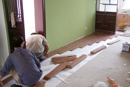 木工铺地板图片