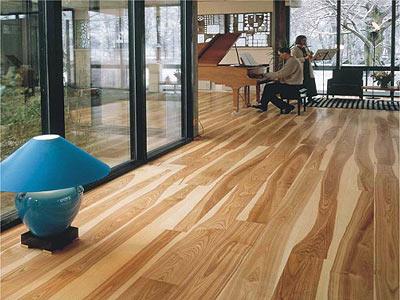 6 漆面处理 和强化木地板不同的是,实木地板和实木复合地板的板面