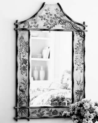 镜子与过分简洁的装修风格不协调,但如果你热爱以鲜花为主题的欧式